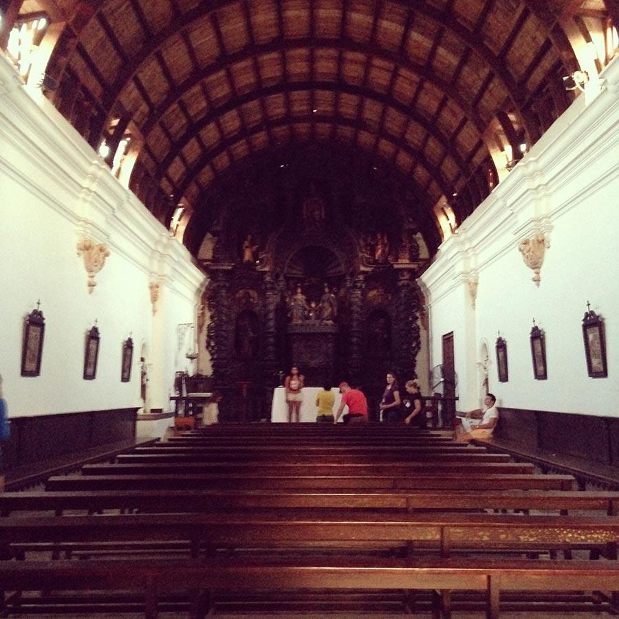 隣接する教会