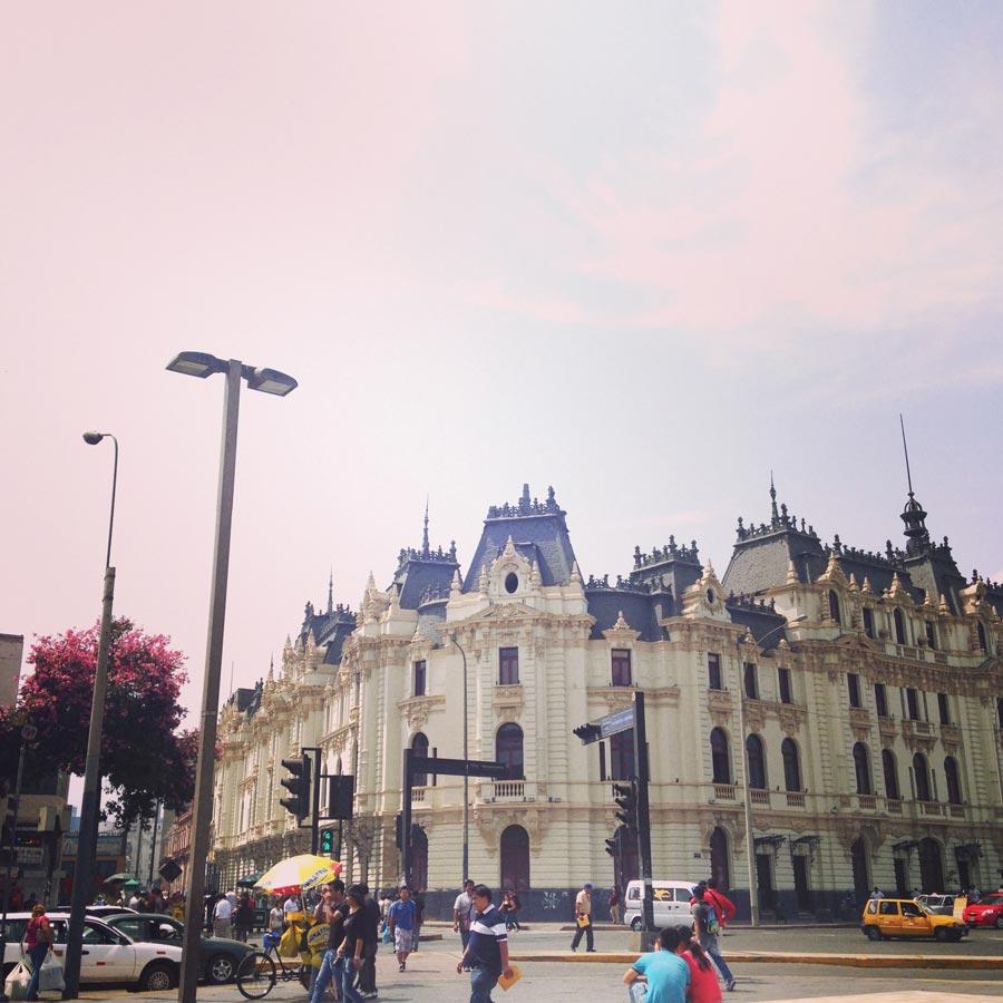 スペイン統治時代の名残を残すリマ旧市街の街並み。