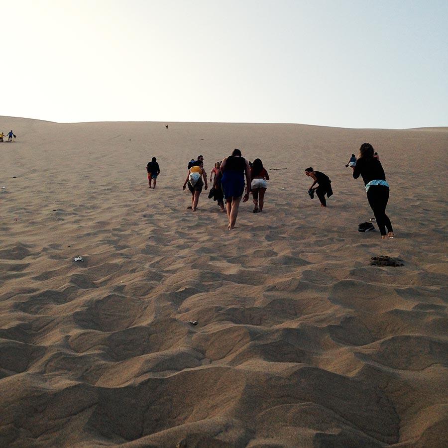 急勾配の砂山を登っていく。