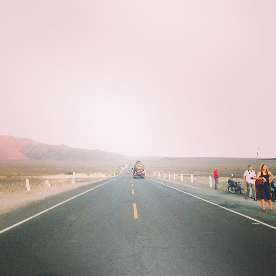 ナスカの地上絵を横断するハイウェイ