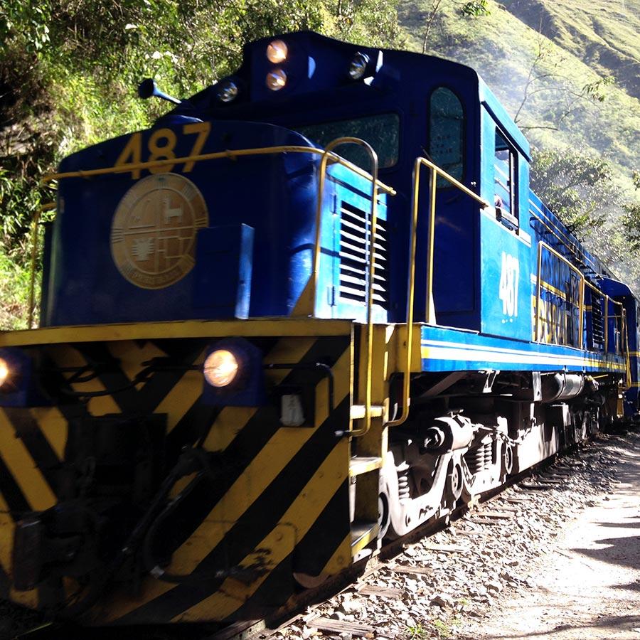 汽笛を鳴らして近づいてくる列車