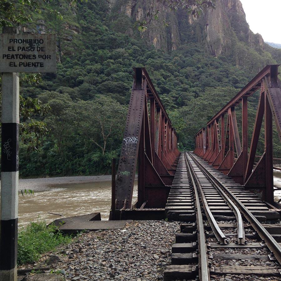濁流をまたぐ橋の上もズンズン歩きます。