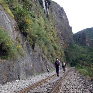 断崖絶壁に線路の上をスタンドバイミー!マチュピチュ村までの険しい道をゆく。