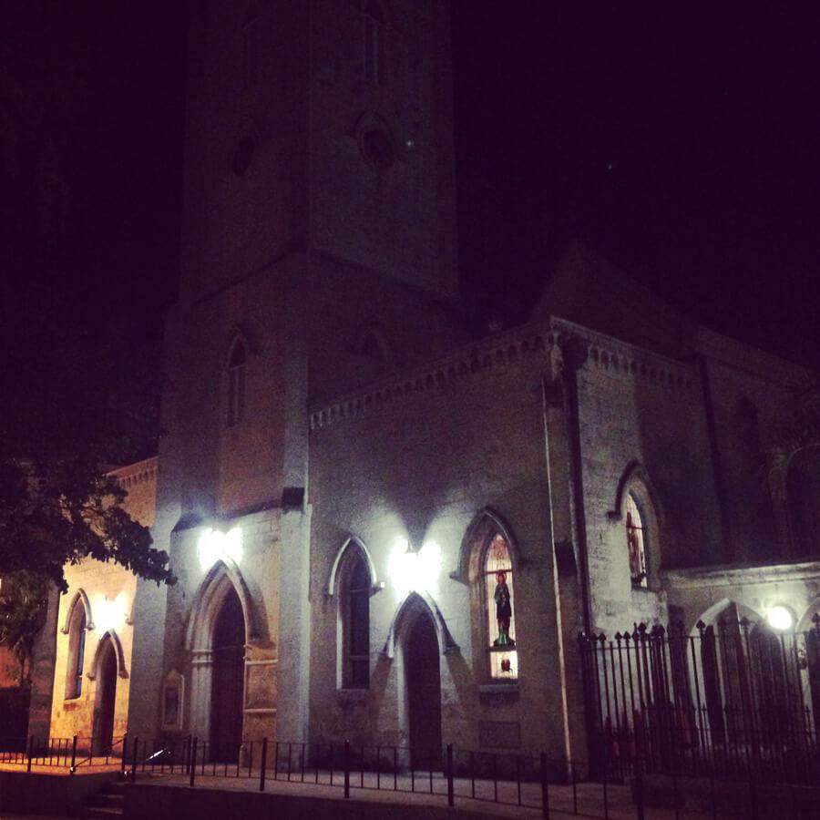 ホテル前の教会。