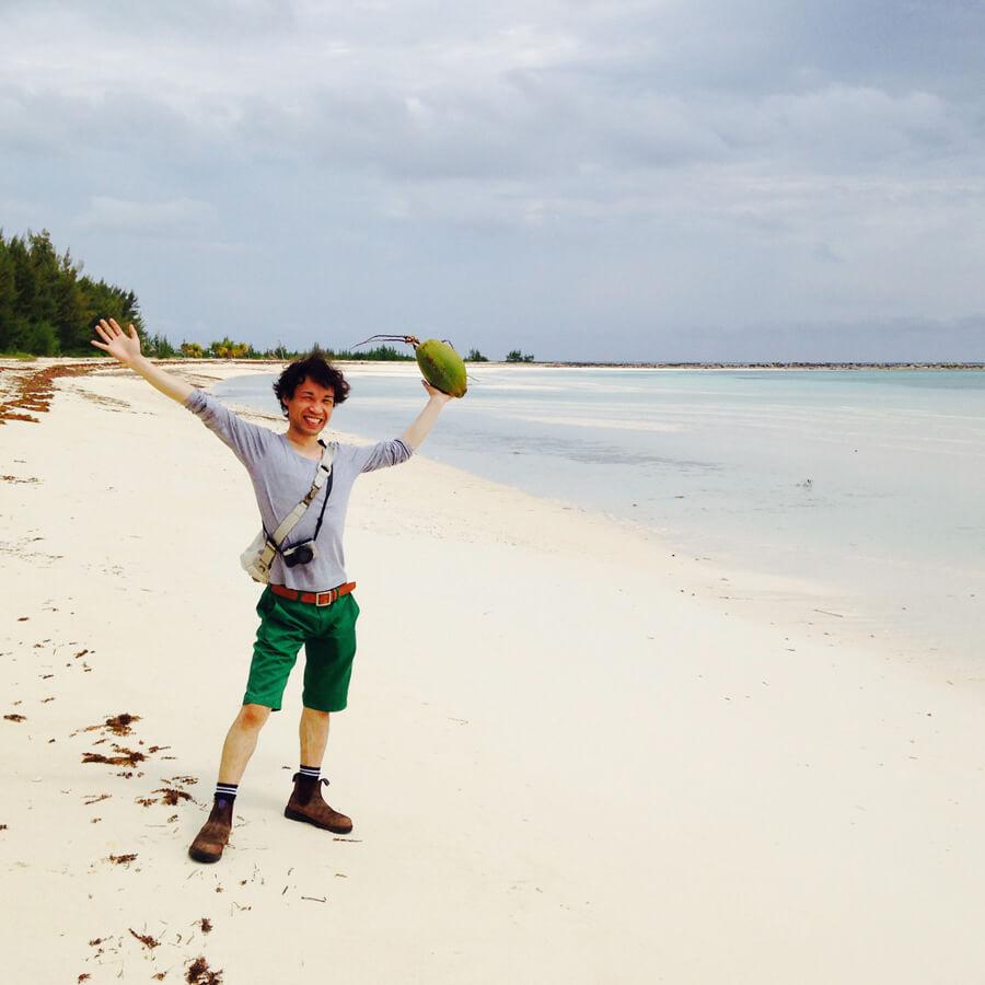 砂浜で拾ったココナッツと