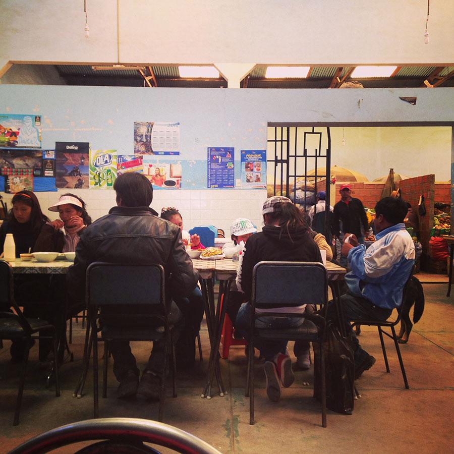 ウユニ市場の食堂。