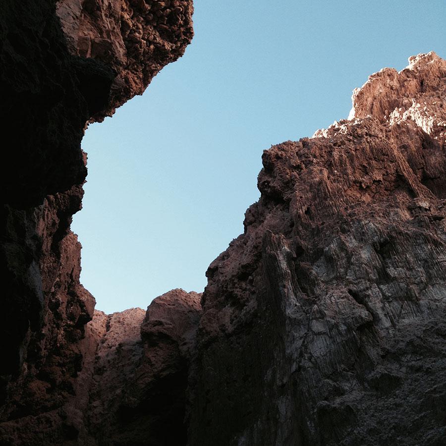 月の谷。洞窟。