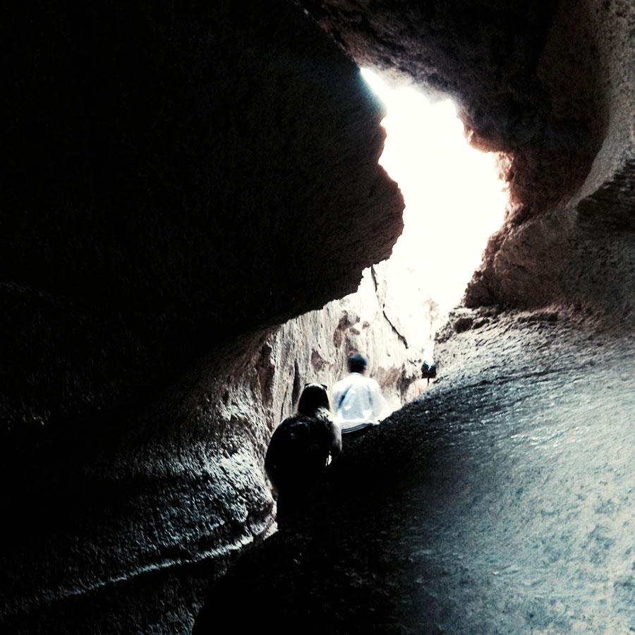 洞窟の中。