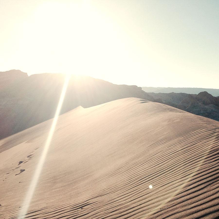 月の谷の上の砂漠。