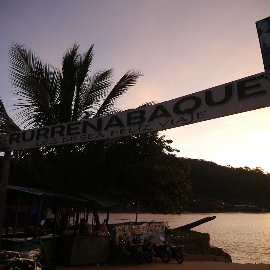 川沿いにルレナバケの看板。