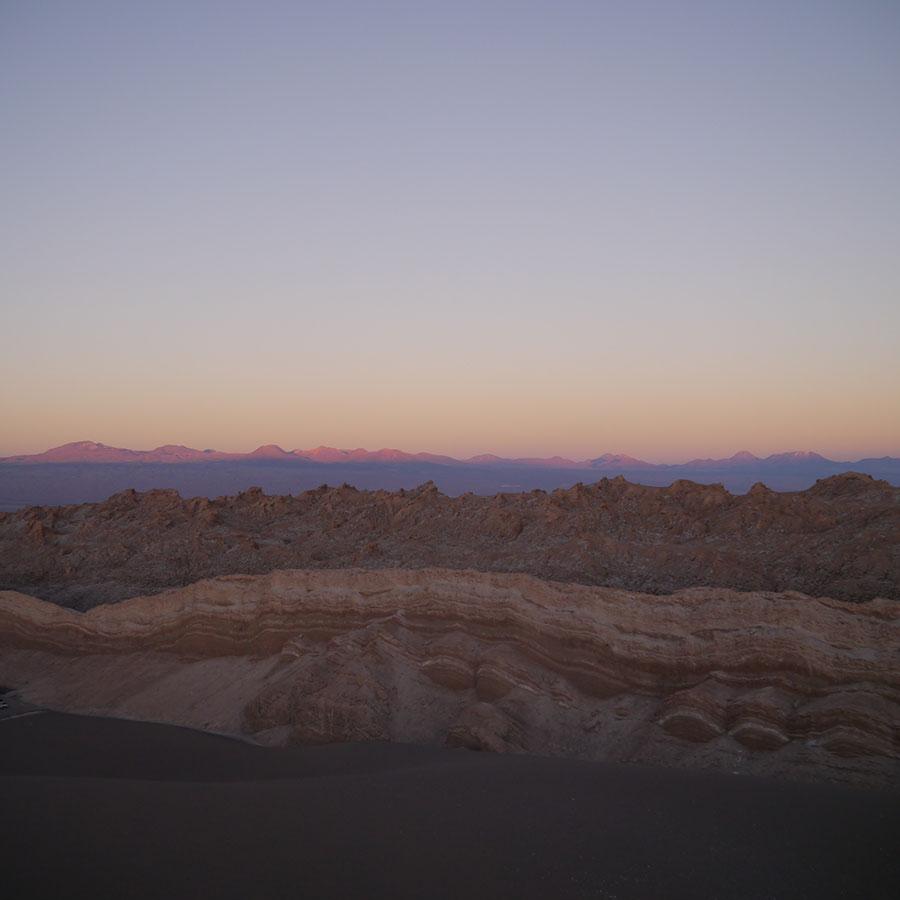 空は紫に、大地はオレンジ色に。