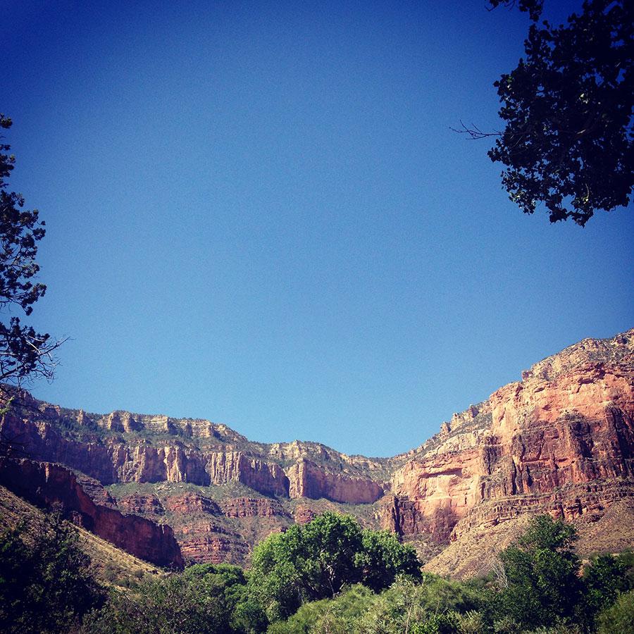 谷底から見上げるグランドキャニオン