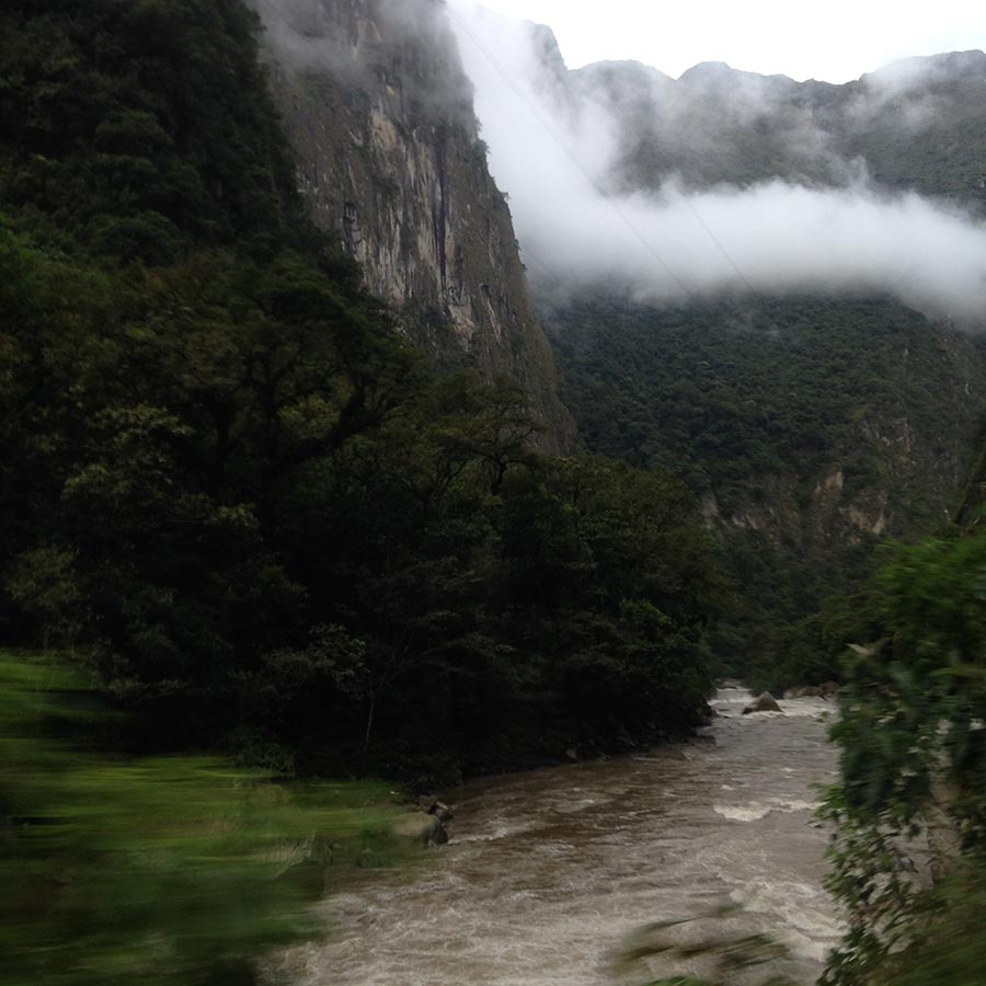 橋を渡った対岸の山がマチュピチュ