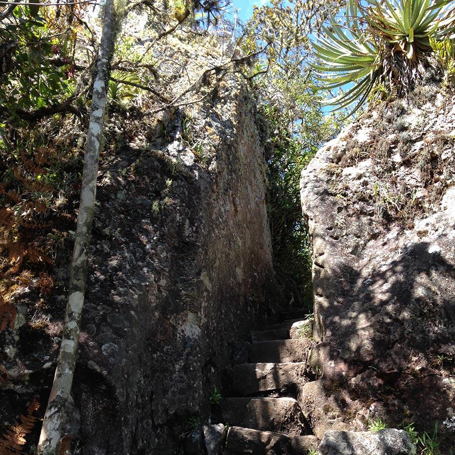 石の間の道