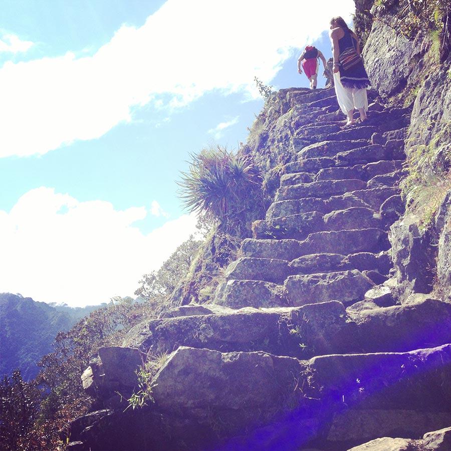 マチュピチュ山への切り立った崖の道