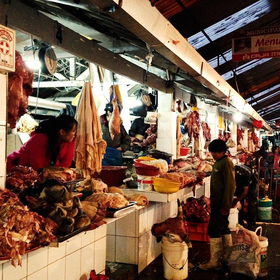 アングラな雰囲気の漂う地元のスーパーの肉屋。
