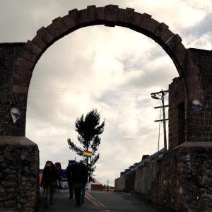 ボリビア入国。ペルーとボリビアの国境には何もない!ウォークインする地元の人々に驚愕。