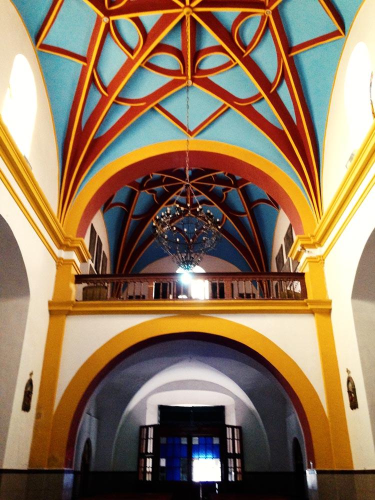 極彩色に彩られた建物内部。
