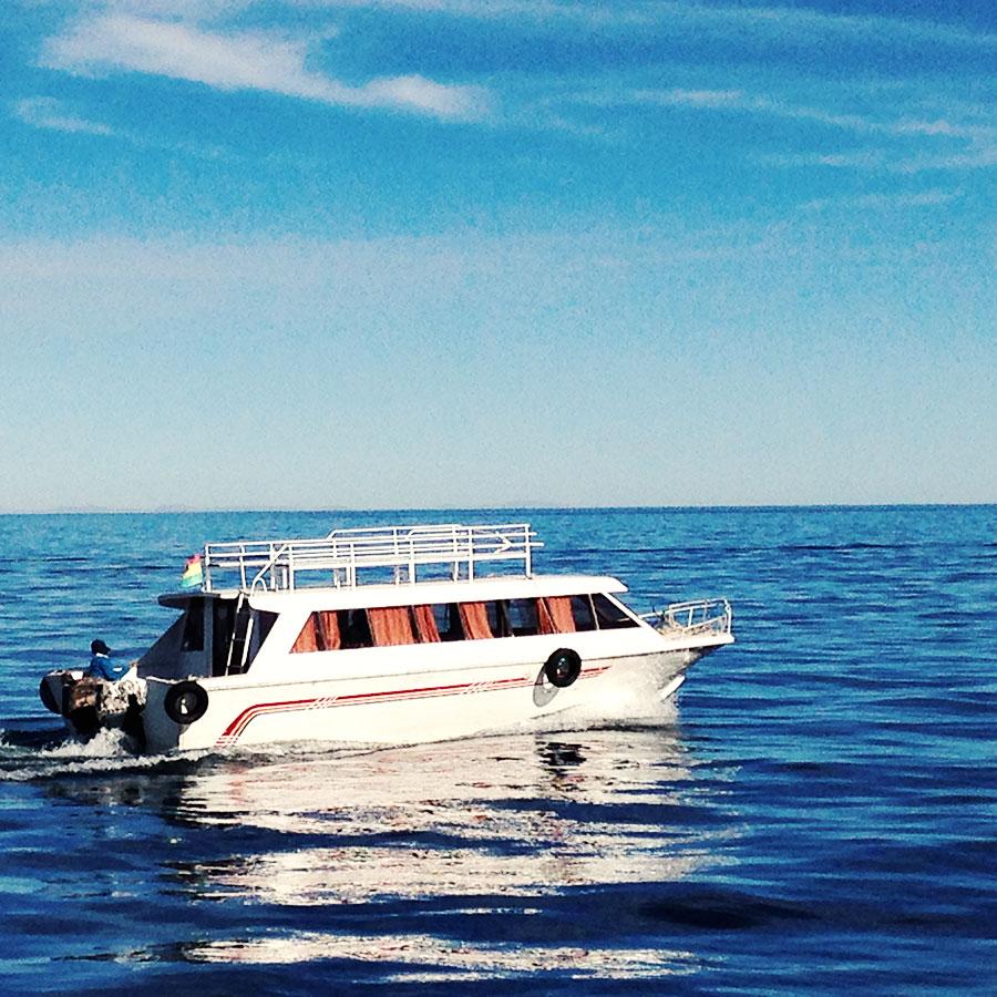 太陽の島 Isola De Solに向かうボート。