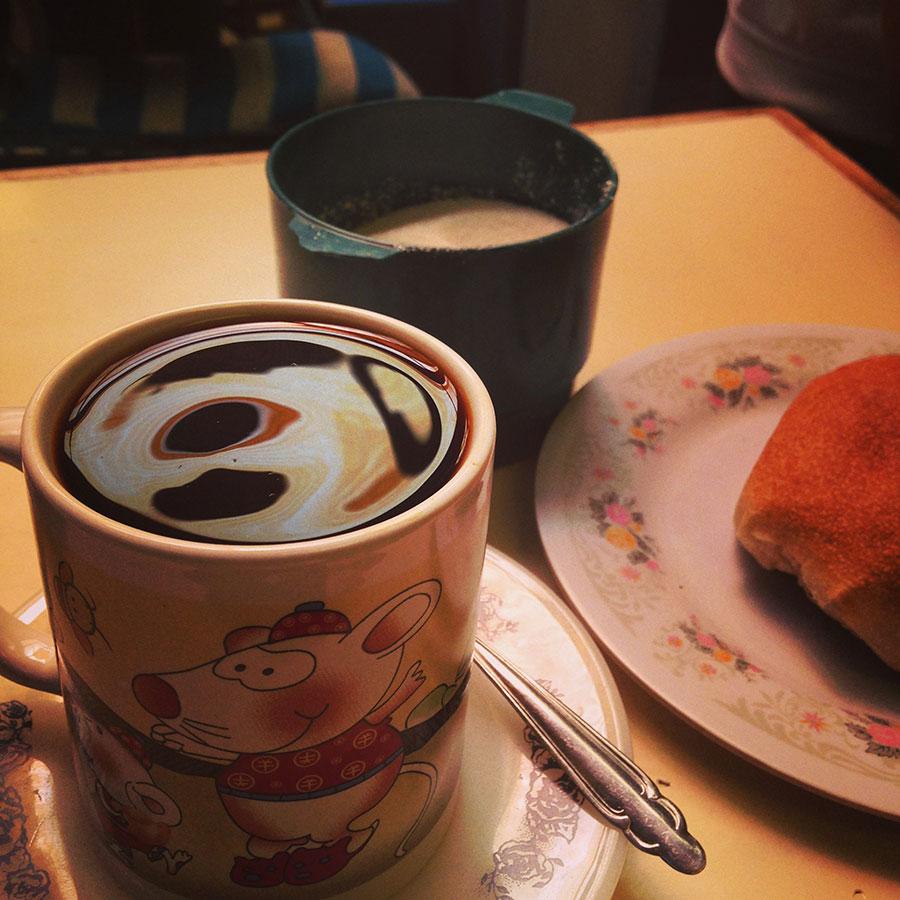 コーヒーとパン一個で3ボリビアーノ(50円)