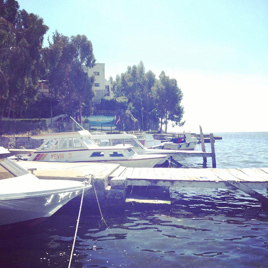 川岸に停泊するボート。