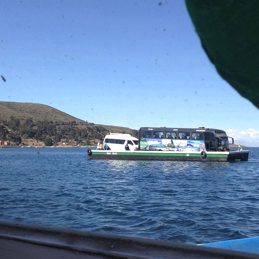 イカダで先に向こう岸に渡るバス