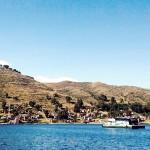 道無き道の川では、バスはイカダに乗せられて運ばれる。コパガバーナからラパスへ。