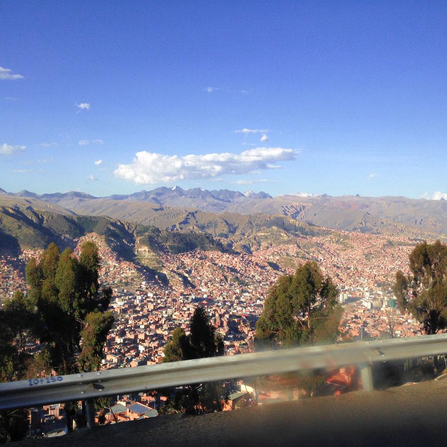 すり鉢状になったボリビアの首都ラパス。