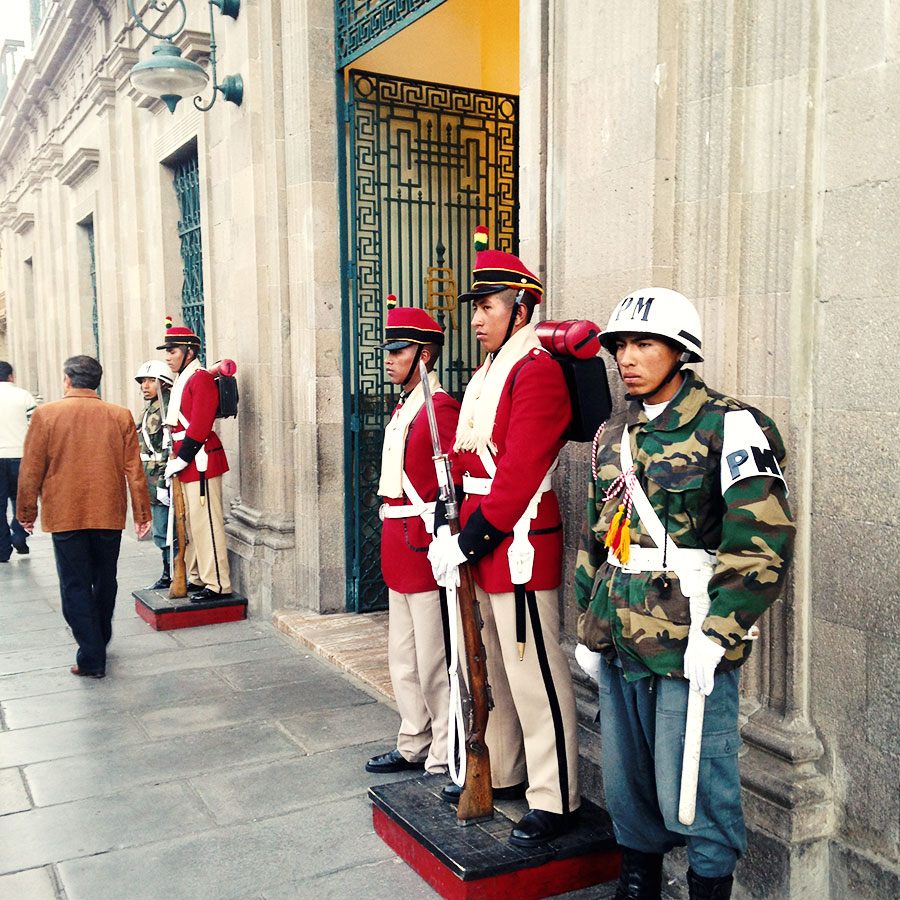 政府機関の建物の前に警備する兵隊