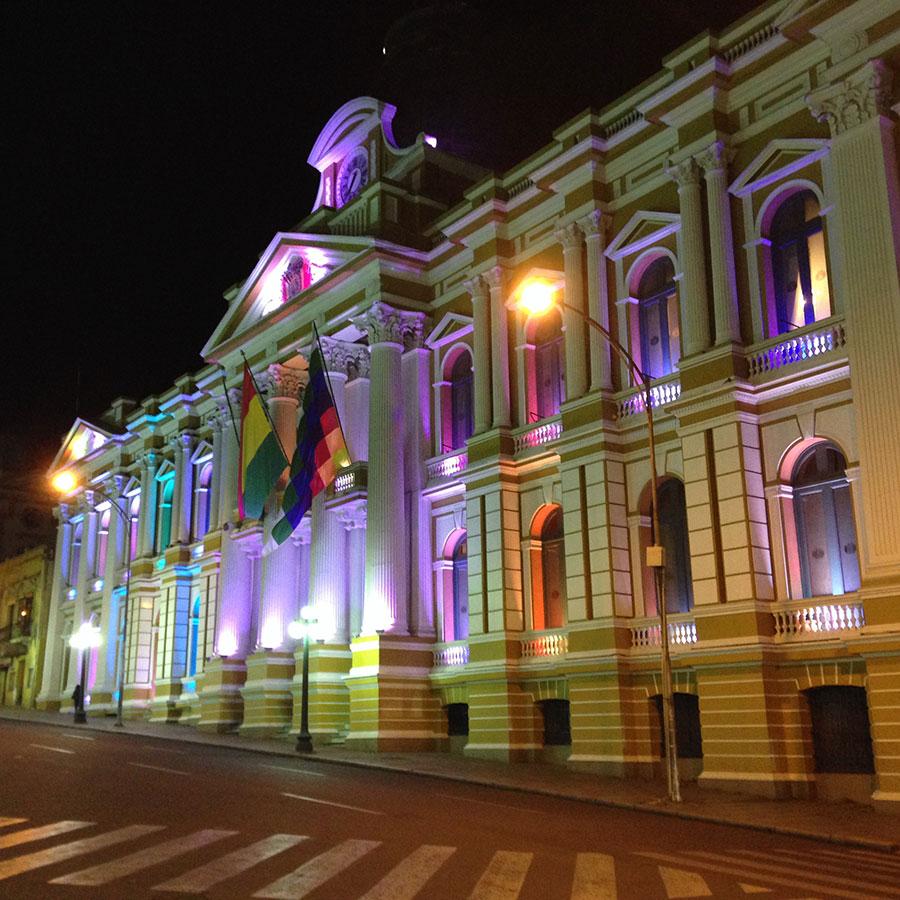 政府機関の建物の近くを通ってホテルに帰る。ライトアップしてて綺麗。