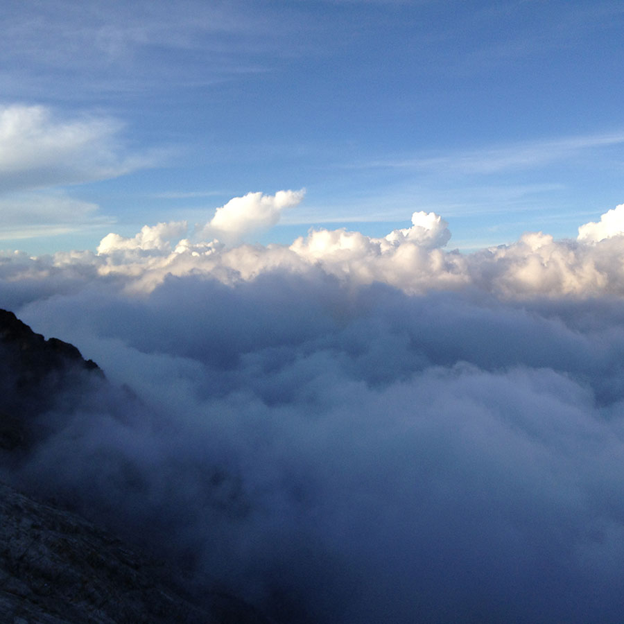 眼下に流れる雲海。