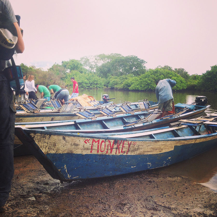 アマゾン川に停泊する船