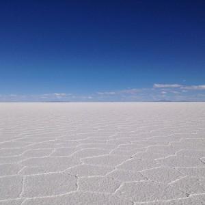 ウユニ湖横断ツアーへGO!! 真っ白と真っ青の境界線をめがけて突っ走る。