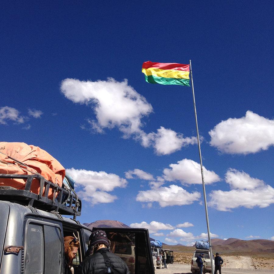 停まった車とボリビアの国旗。