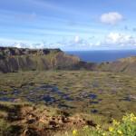 イースター島最終日。青空にでっかく口を広げた火山口、国立公園Rano Kau。
