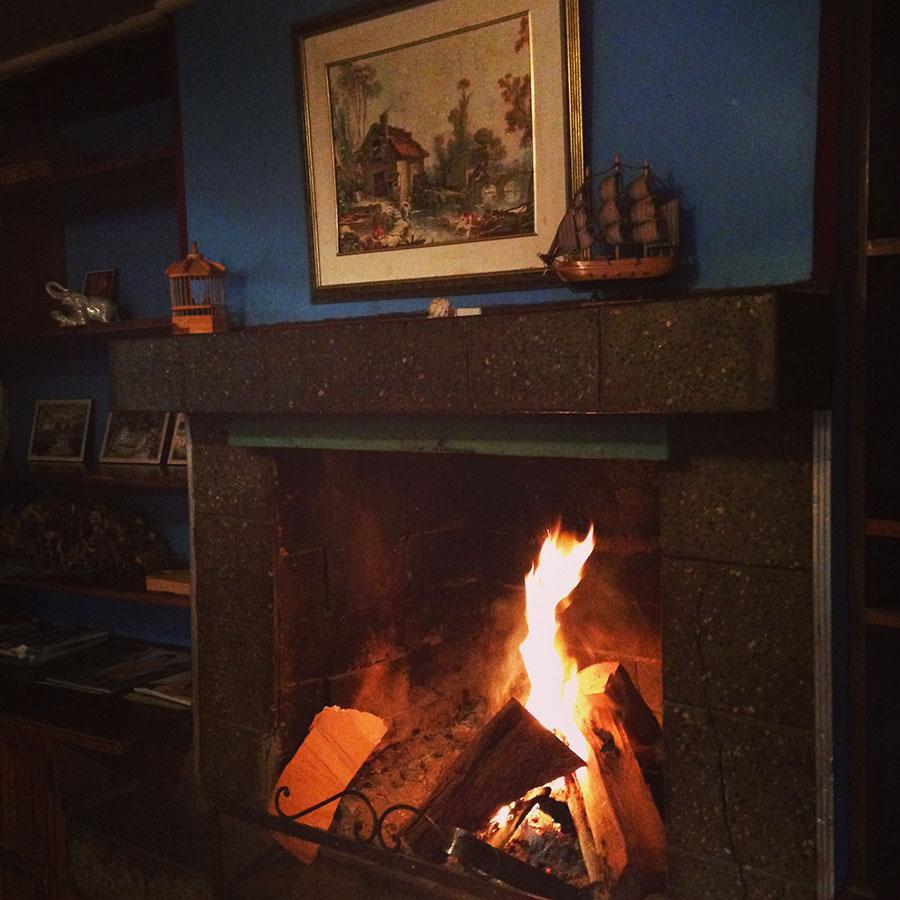 蒔の暖炉がある宿。
