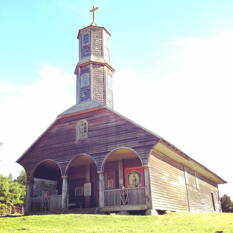 丘に建つColoの教会。