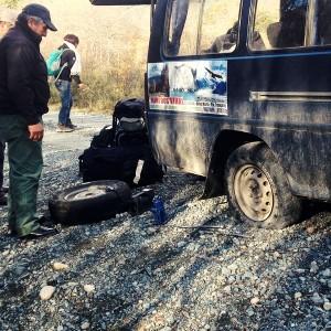 プエルト・トランキーロからコイヤイケに帰投。途中でバスが3回パンクする。