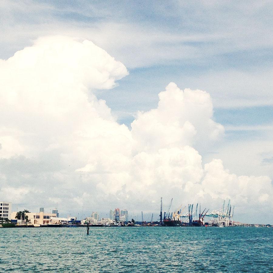 マイアミビーチから眺める入道雲