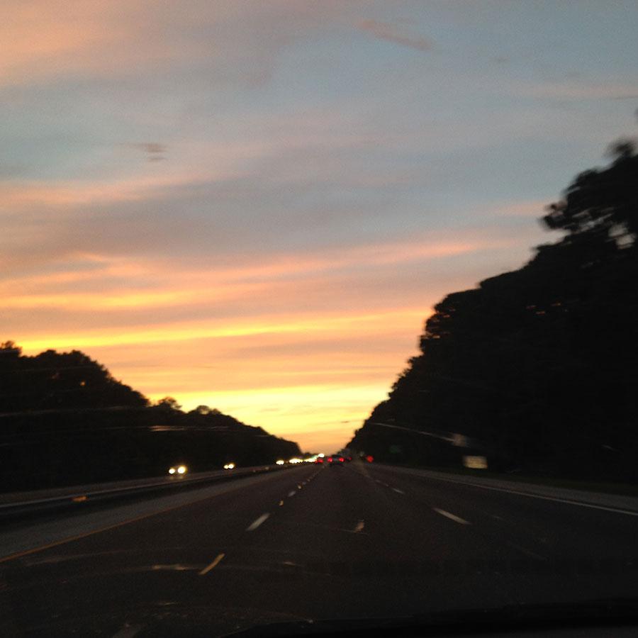 夜の高速道路。