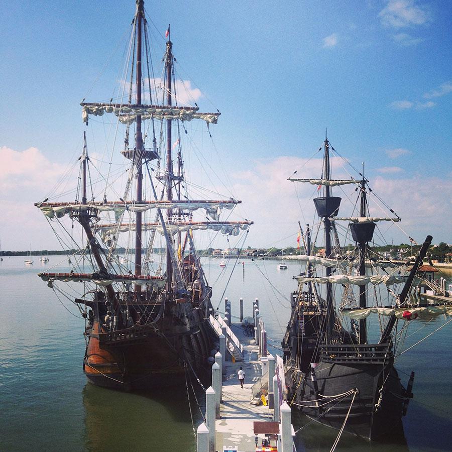 寄港する帆船。