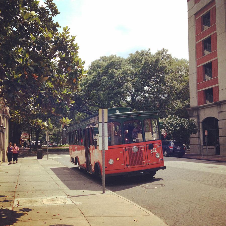 街を行くバス。