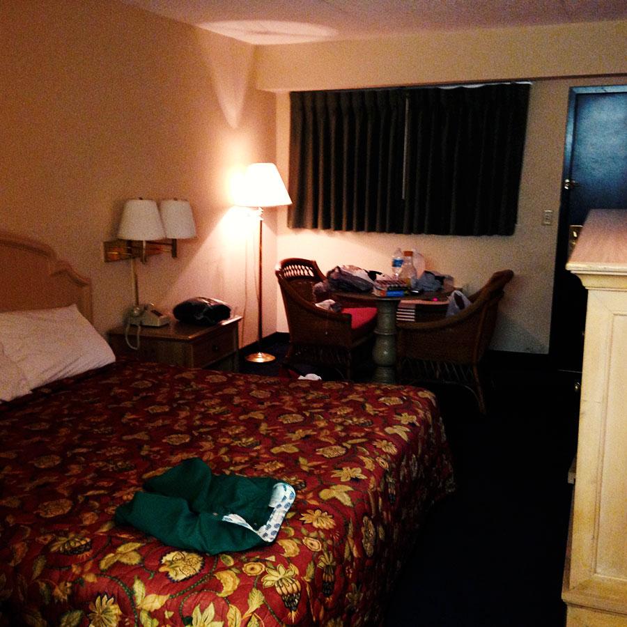 モーテルの部屋。