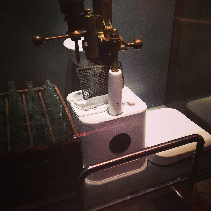 コカ・コーラの封栓の機械。
