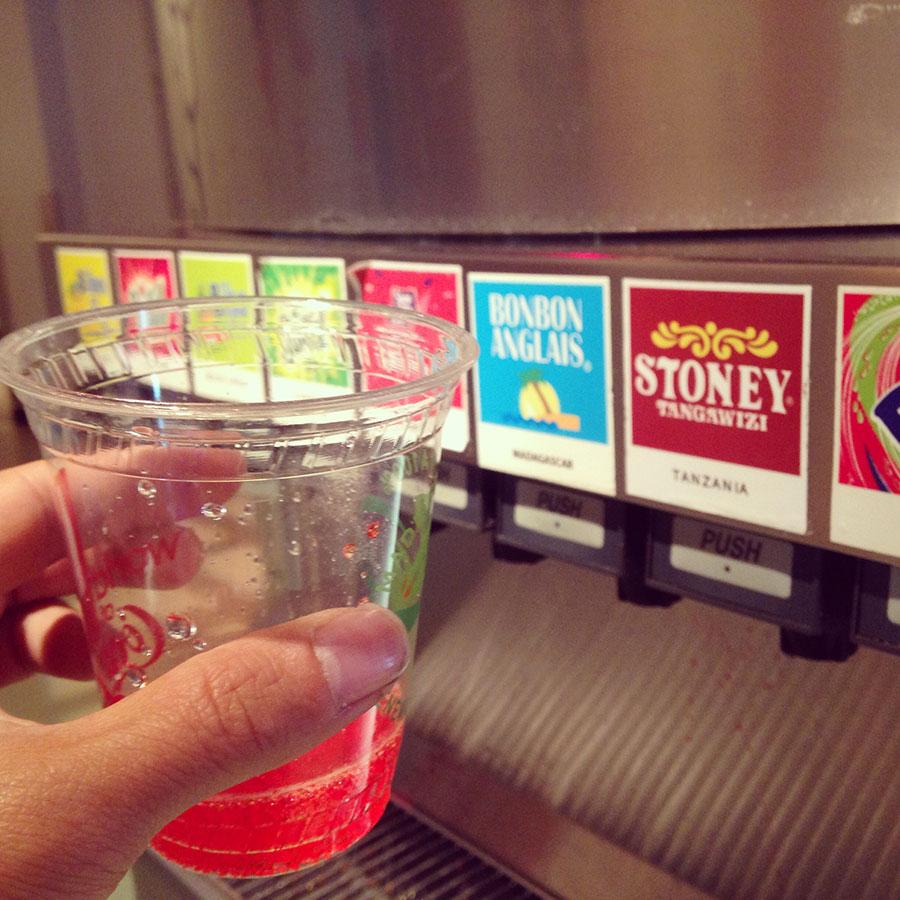 小さいカップで世界の飲料を飲みまくる。
