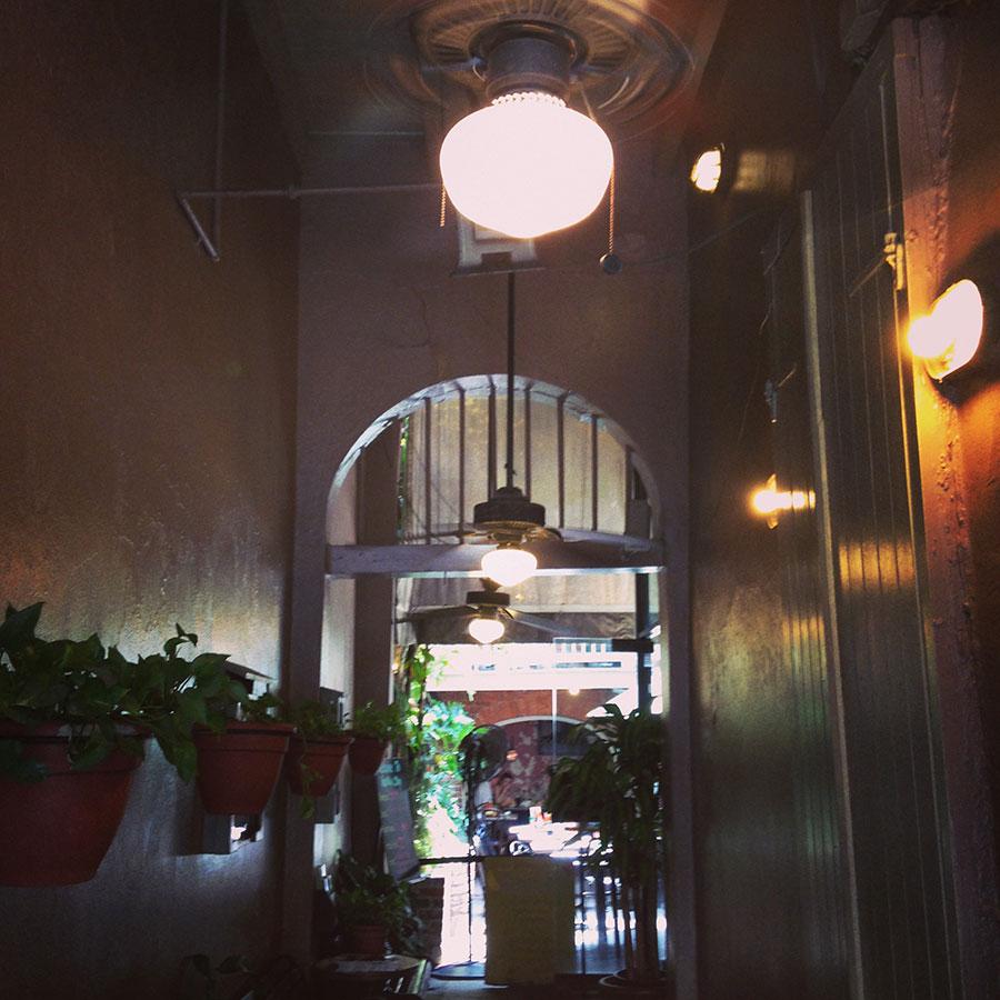 ガンボショップの入り口。