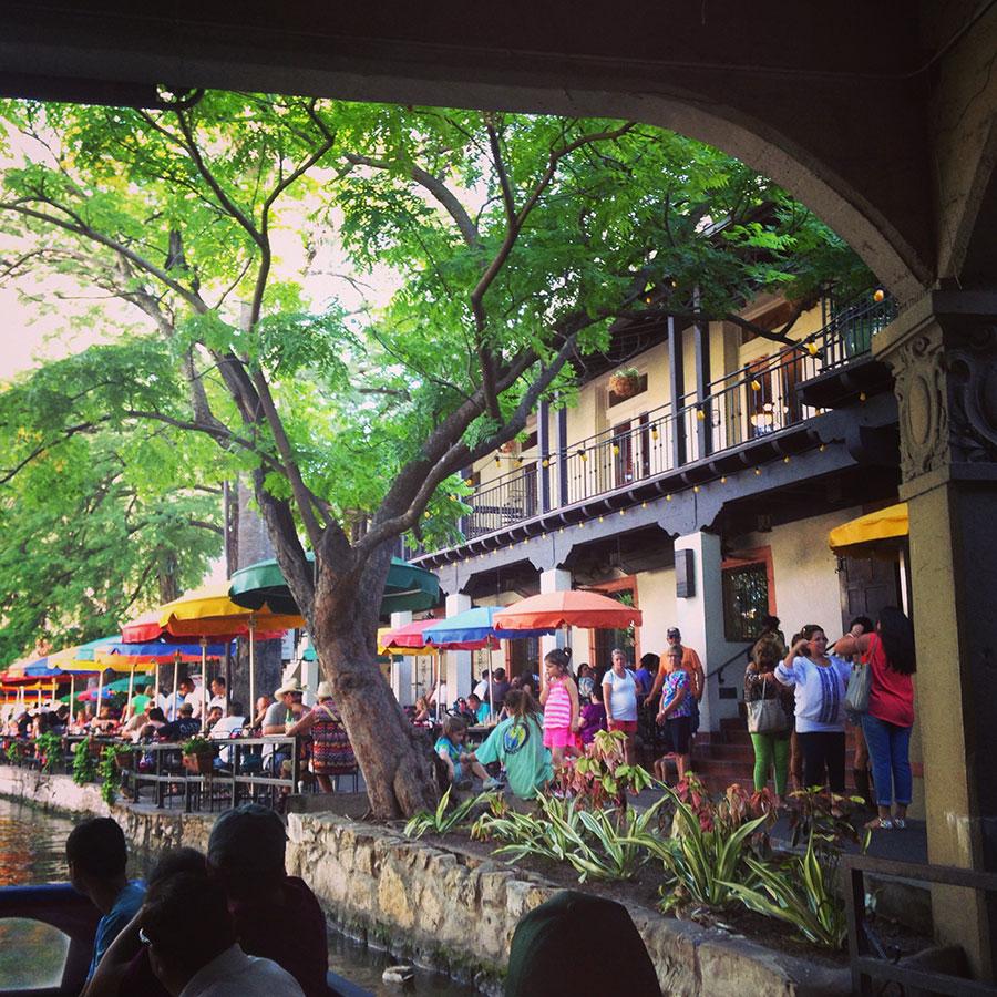 カラフルなパラソルの下にはたくさんの観光客。