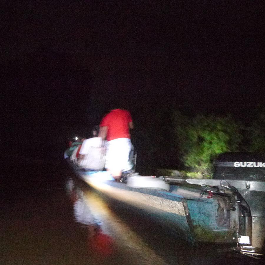 夜の道を進む船。