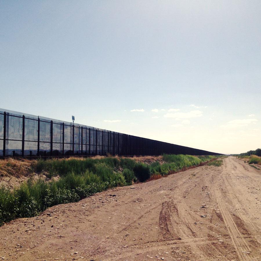 メキシコとの国境にそびえる長いフェンス