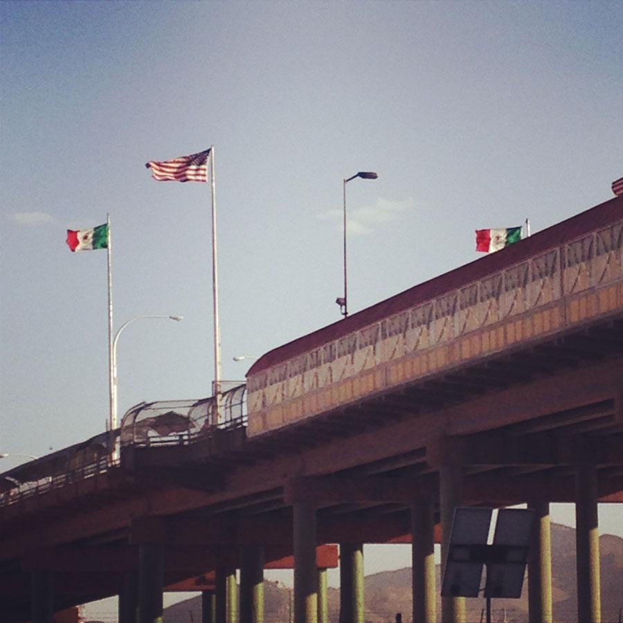 アメリカとメキシコの国境のにかかる橋